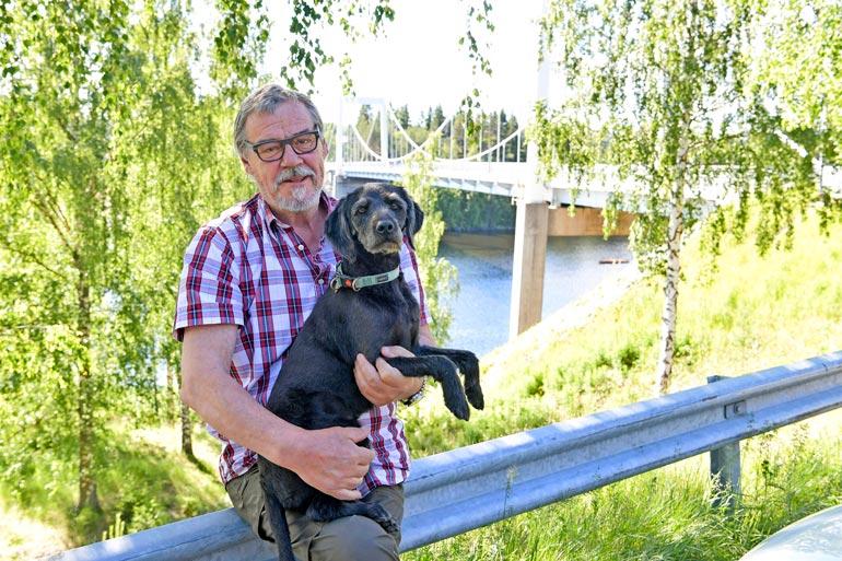 Aake tekee Hönö-koiransa kanssa nyt maltillisia lenkkejä. – Pari korttelia kerrallaan mennään, Aake tuumaa.