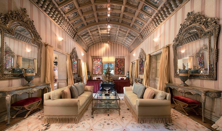 Miltei seitsemään metriin kohoavassa olohuoneen kaarevassa puukatossa on käsinmaalatut kuviot.