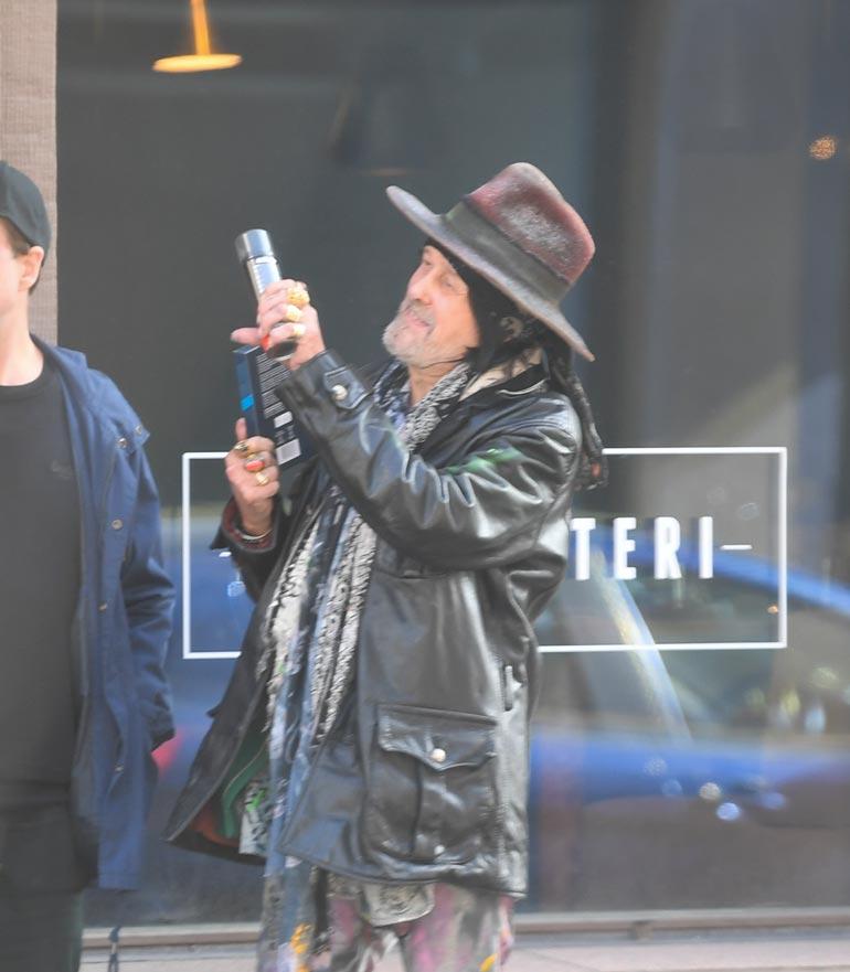 Rokkivaarin mukaan lähti marketista ainakin partavaahtoa. Andy esitteli ostoksia tyytyväisenä ohikulkijoille.