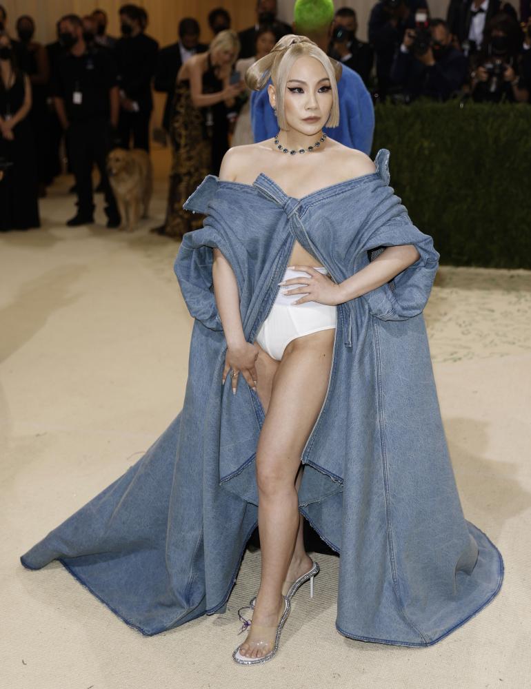 Eteläkoeralainen rap-artisti CL oli verhoutunut farkkukankaaseen ja vetäissyt niiden seuraksi mummon alushousut.