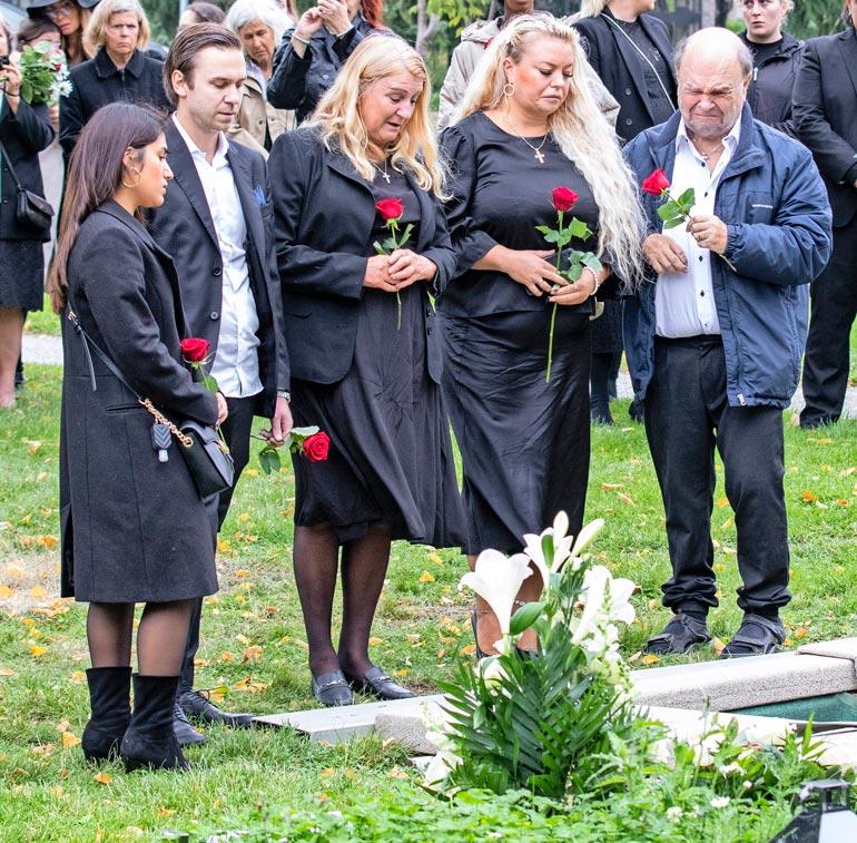 Perhe jätti Jasminelle hyvästit hautausmaalla. Jokainen asetteli pitkävartisen ruusun haudalle. Vasemmalla Joel Tukiaisen tyttöystävä Ana, Joel, Marja, Johanna ja Markku.