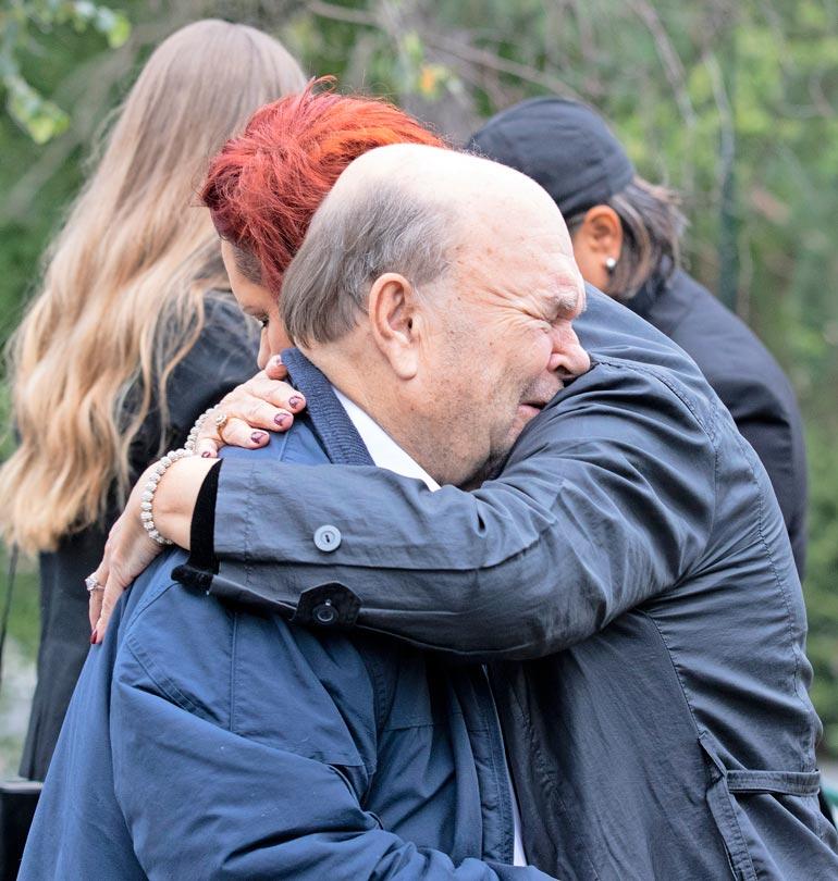 Perheenjäsenet tukivat toisiaan suuressa surussa. Erityisesti Markku-isä itki vuolaasti ja sai lohdutusta läheisiltään.