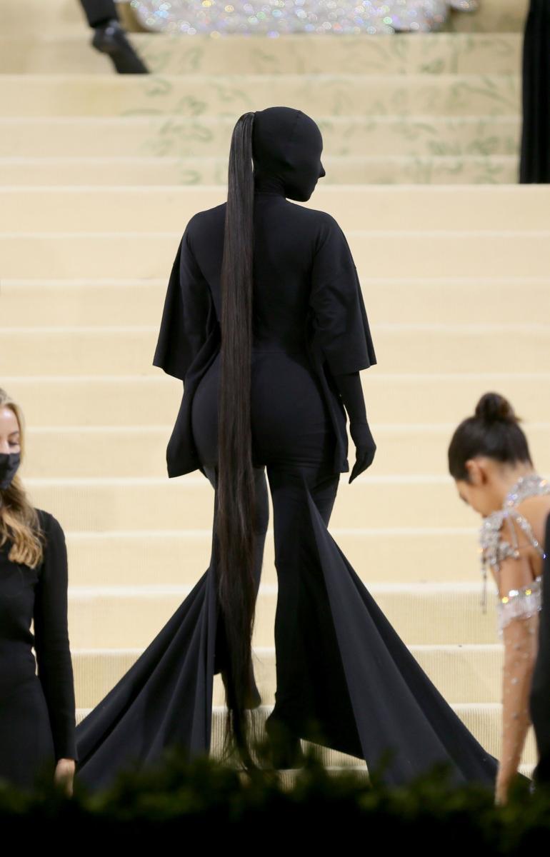 Kim Kardashian luotti jälleen asuun, joka peitti hänet päästä varpaisiin.
