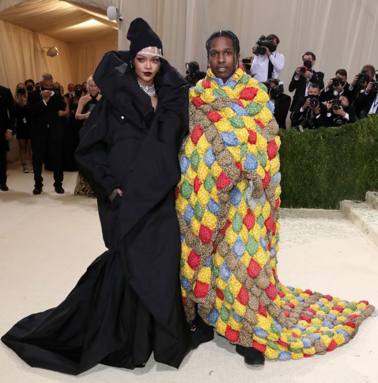 Rihanna ja Travis Scott olivat yksi illan kuvatuimmista pareista. Rihanna oli toppautunut mustaan kaapua muistuttavaan asuun. Travis näytti vohkineen isoäitinsä tilkkutäkin ylleen.