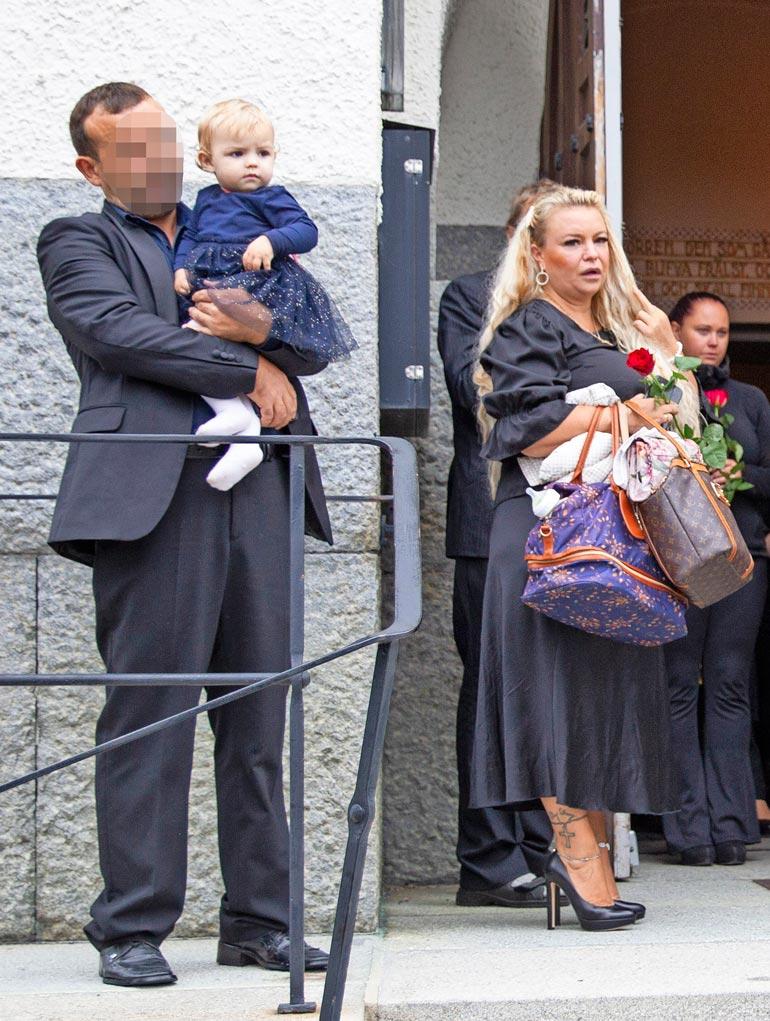 Isabellen isä, koevapauteen vankilasta päässyt Paul hoiti tytärtään kirkon portailla. Johannan takana seisoo Veijo.