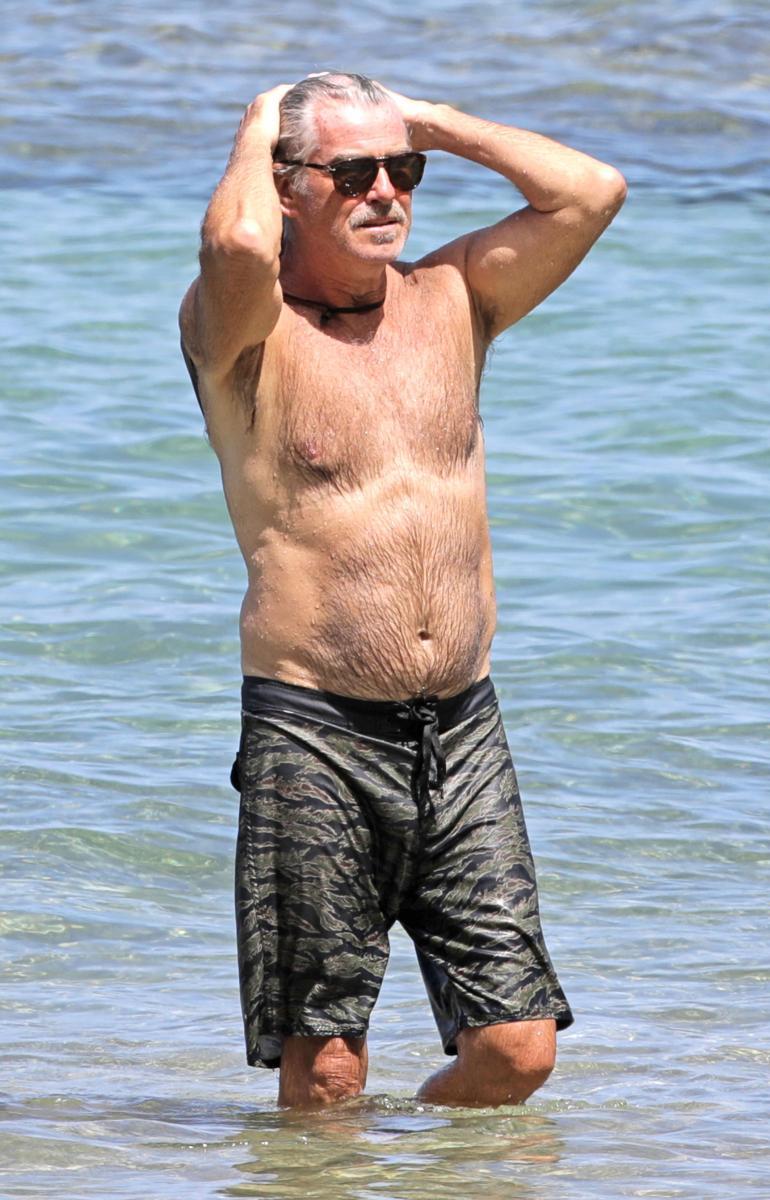 Herra haroi kosteaa kuontaloaan meressä käyskentelyn jälkeen.