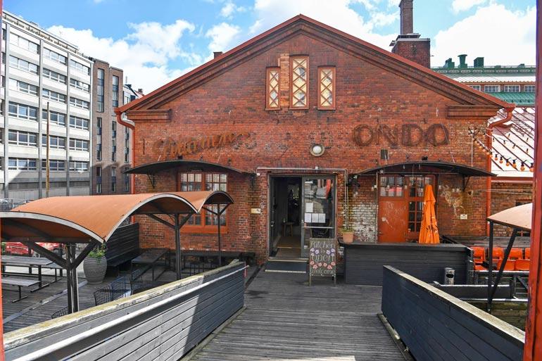 Ravintola Siltanen on etenkin viikonloppusin boheemin nuorison suosikkipaikkoja Helsingin Kalliossa.