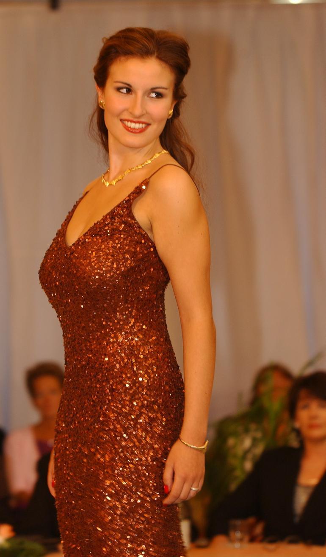 Kurvikas ja luonnostaan uhkea Maria alun perin julkisuuteen missikisoista, mutta on sittemmin tullut tunnetuksi laulajana ja näyttelijänä.
