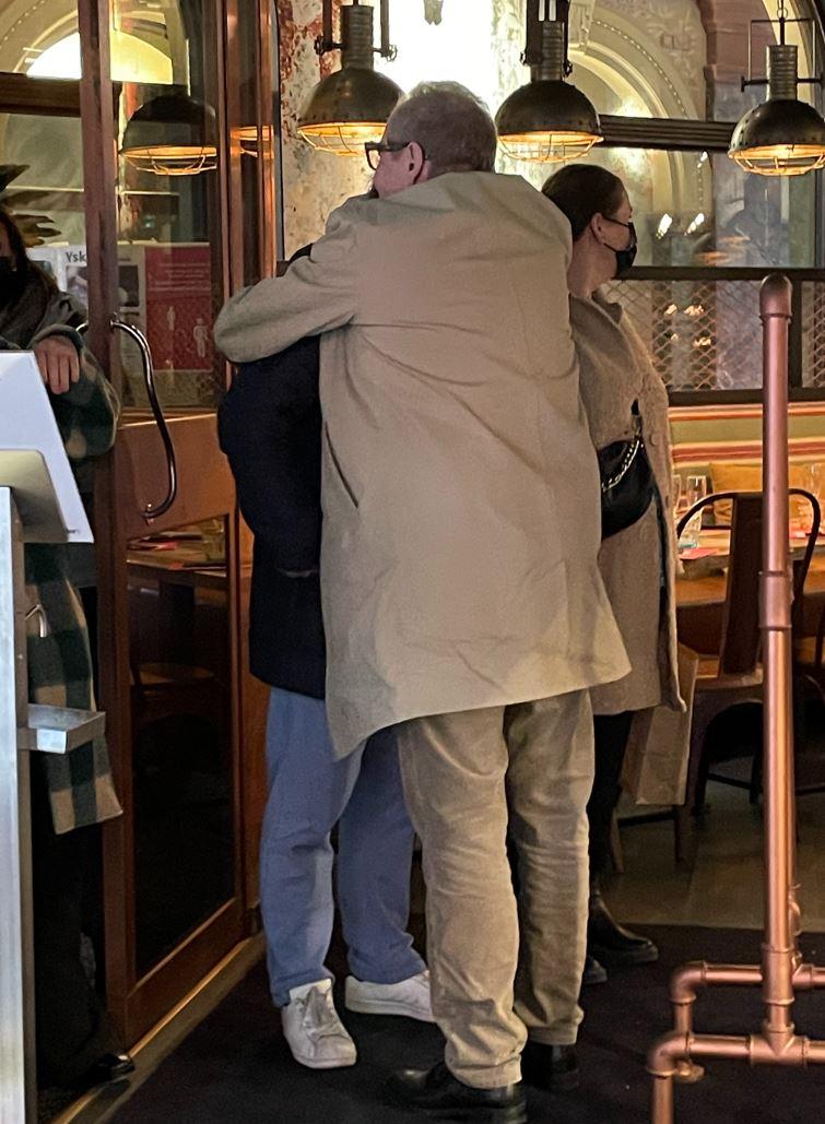 RÄPS! Helsingin Aleksanterinkadun Amarillo lauantaina 18.9. Jo iltapäivästä vauhdissa ollut kirjailijasuuruus Jari Tervo halusi halata kanssakippistelijöitä ennen poistumistaan baarista.