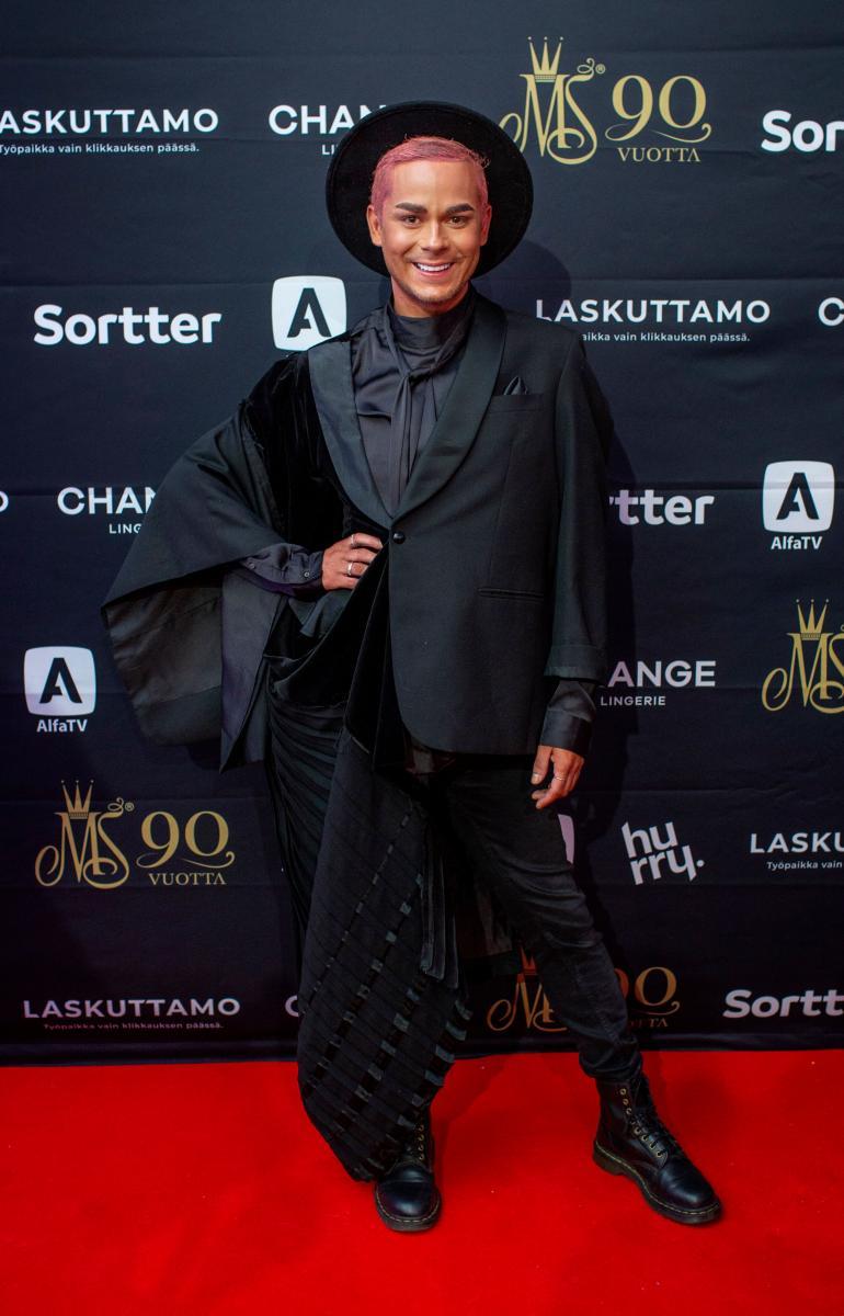 Niko Saarinen on kuvannut viimeisten päivien aikana intensiivisesti Onnenpyörä-sarjan uusia jaksoja juontajakollega Cristal Snown kanssa.