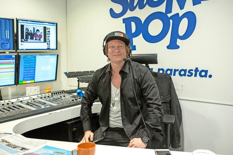 Jaajo jaksaa juontaa bisneskiireistään huolimatta Radio Suomipopin suosittua aamuohjelmaa.