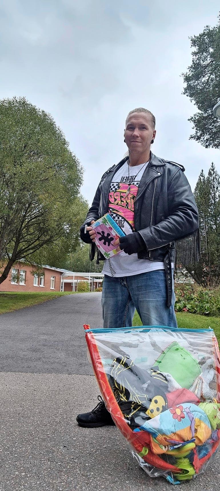 Johnny lahjoitti neljä kassillista tyttärelleen hankittuja pikkuvauvan vaatteita, babysitterin ja vaippoja hyväntekeväisyysjärjestö Hope ry:lle.