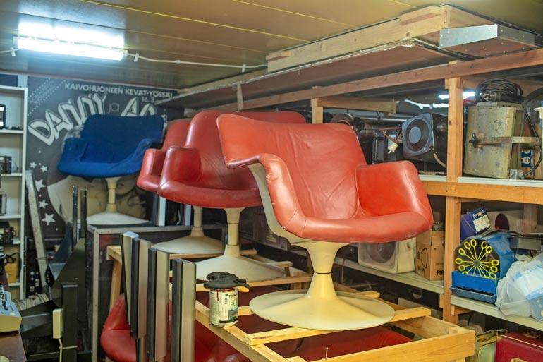 Varastosta löytyy myös Yrjö Kukkapuron suunnittelemat arvokkaat design-nojatuolit, joita Danny ei ole vielä raaskinut myydä.