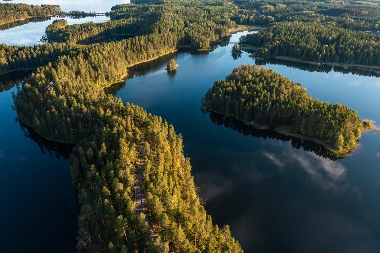 Saimaalle voi matkustaa myös ruska-aikana. Mielestäni silloin on luonnossa kaikkein kauneinta, Pekka mainitsee.