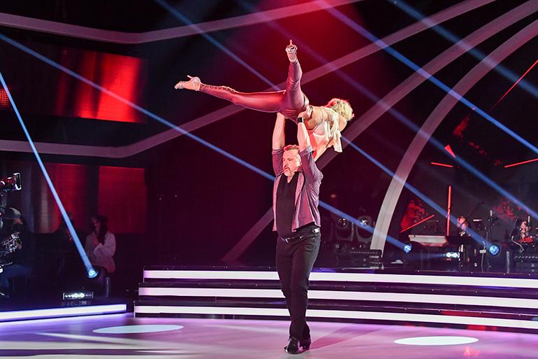 Kristo ja Saana suoriutuivat näinkin vaativasta nostosta TTK:n tanssiparketeilla.