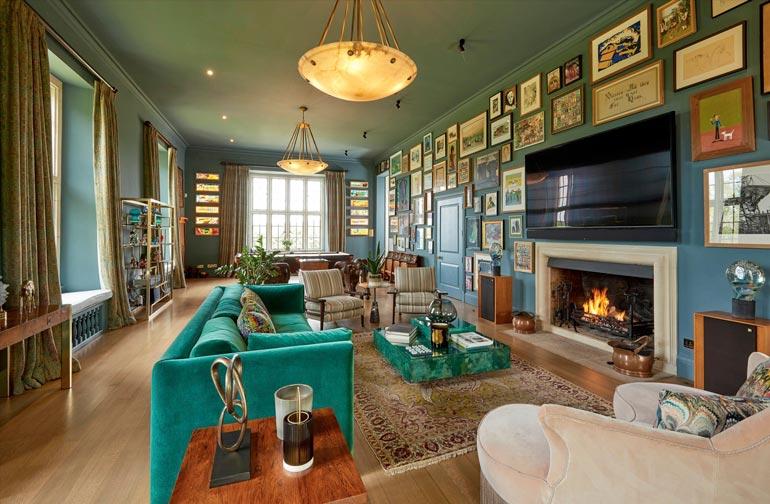 Biljardihuonetta hallitsevat vihreä väri ja tauluseinä.