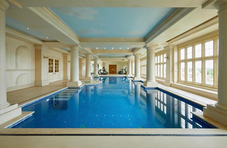 Pohjakerroksen uima-altaalla on antiikin kreikkalaista arkkitehtuuria doorilaisin pylväin.