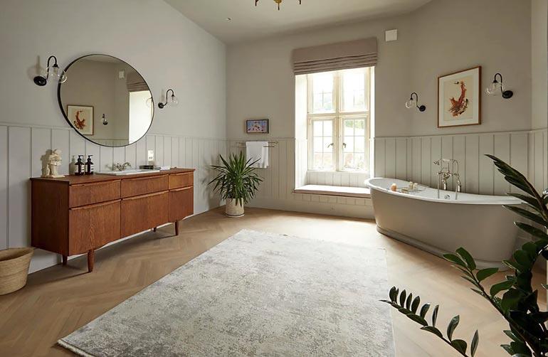 Tilavassa kylpyhuoneessa mahtuisi touhuamaan useampikin perheenjäsen, mutta kullakin on omat peseytymistilansa.