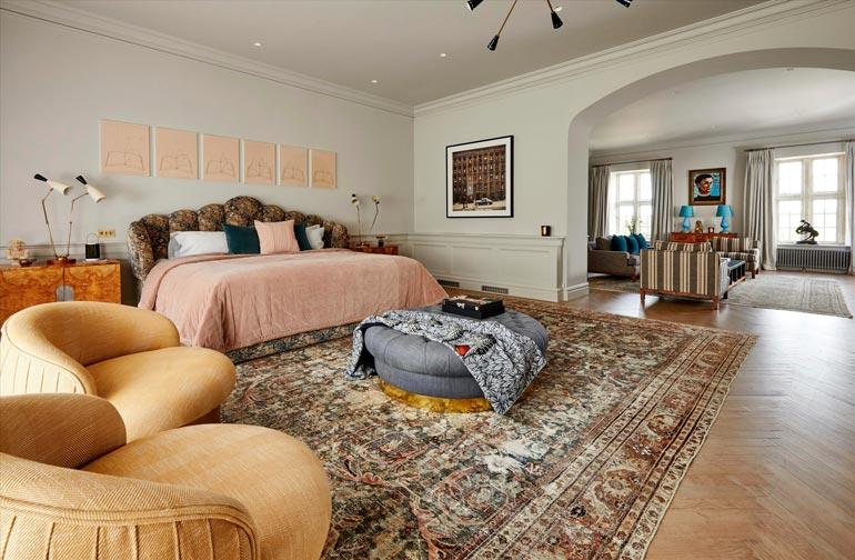 Vanhempien makuuhuone on kuin paremman luokan sviitti oleskelutiloineen.