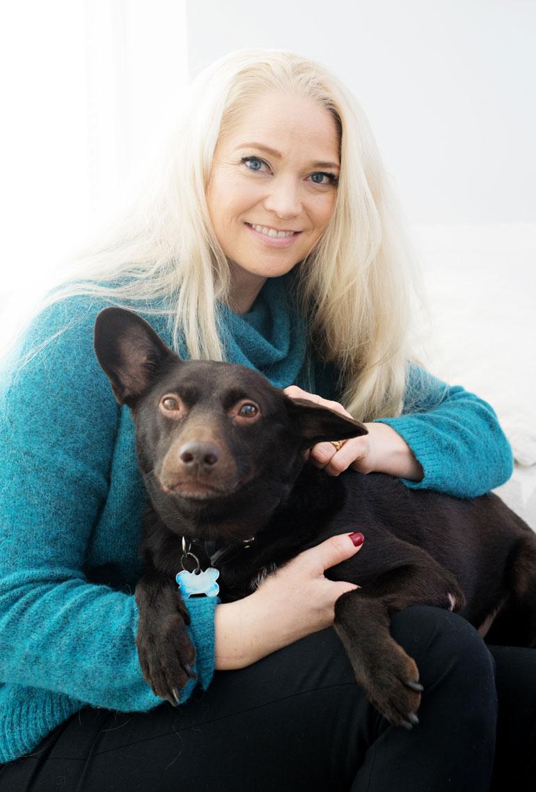 Pippa Laukka ja Tassu-koira poseerasivat Oma aika -lehdelle vuonna 2017.
