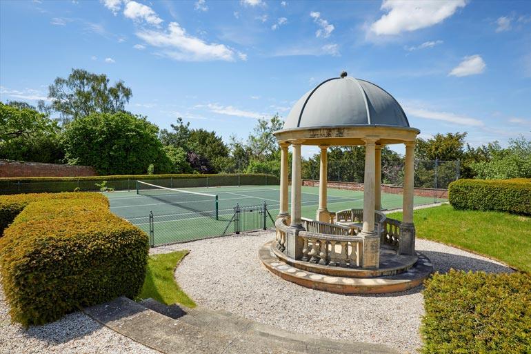 Tennisottelua voi seurata paviljongin suojista.