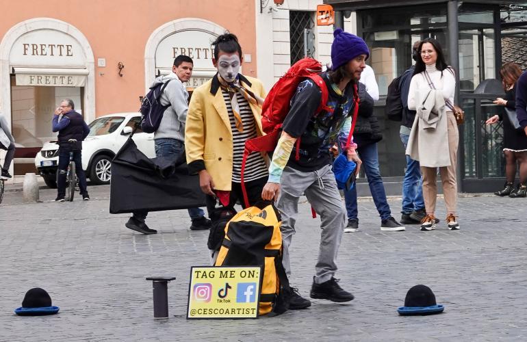 Näyttelijä puuhasteli kadulla miimikon seurassa.