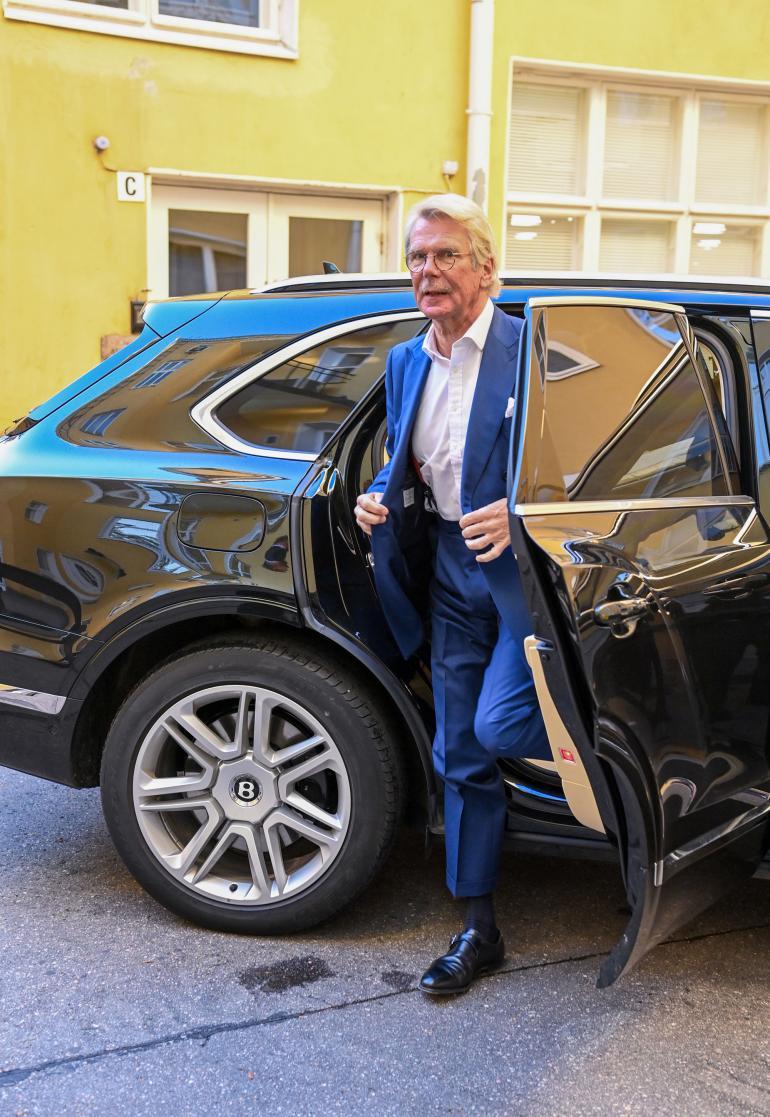 """Suomen rikkaimpiin miehiin lukeutuva Björn """"Nalle"""" Wahlroos, 69, ilmestyi kirjakustantamon sisäpihalle uudella menopelillään."""