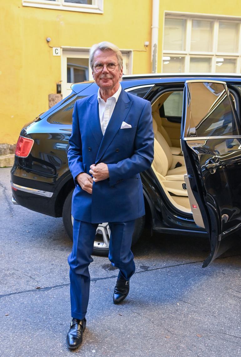 Kuten kuvasta näkyy, Nallen öky-Bentleyn takapenkki on kaksipaikkainen. Lisävaruste maksaa maltaita, mutta summat ovat Nallelle lähinnä karkkirahoja.