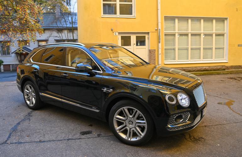 Halvimmillaan Bentley Bentayga Hybrid kustantaa noin 200 000 euroa. Lisävarusteista riippuen summa voi kivuta helposti 300 tonniin.