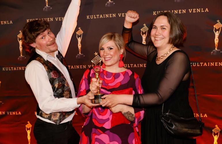 Sohvaperunat -ohjelma on voittanut useita Emma-palkintoja. Teemu osallistui ohjelmaan siskonsa kanssa.