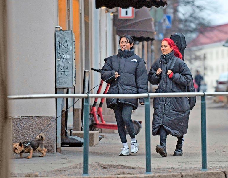 Kauniit naiset ovat tuttu näky Helsingin kantakaupungissa. Pari viihtyy erityisesti koiralenkeillä.