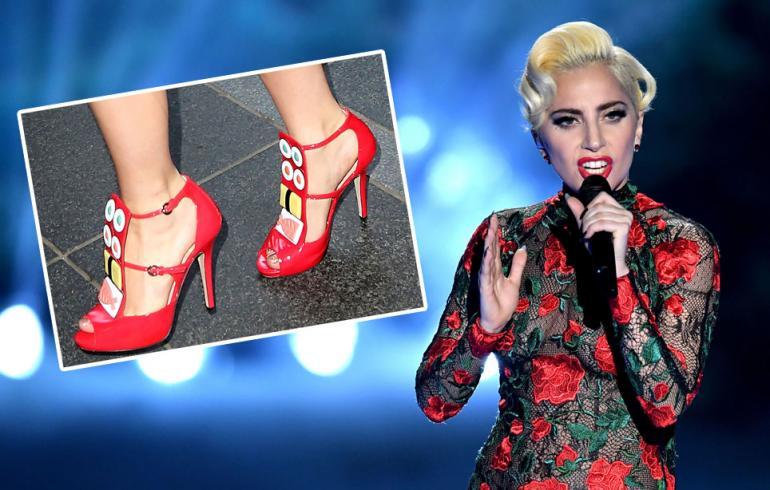 Lady Gaga edusti vuonna 2015 suomalaisen Minna Parikan korkokengissä.