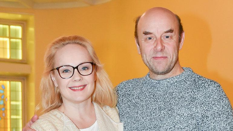 Sari Puumalainen ja Risto Kaskilahti poseeraavat Kansallisteatterissa.