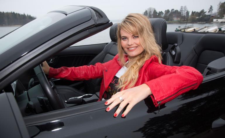 Erika Vikman testasi Seiskan kanssa tuliterää Ford Mustangia.