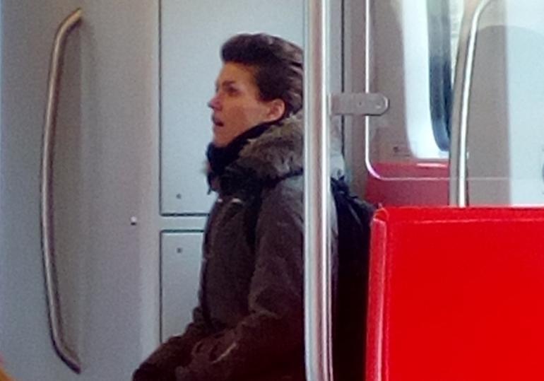 Maria Ylipää jutteli metrossa itsekseen.
