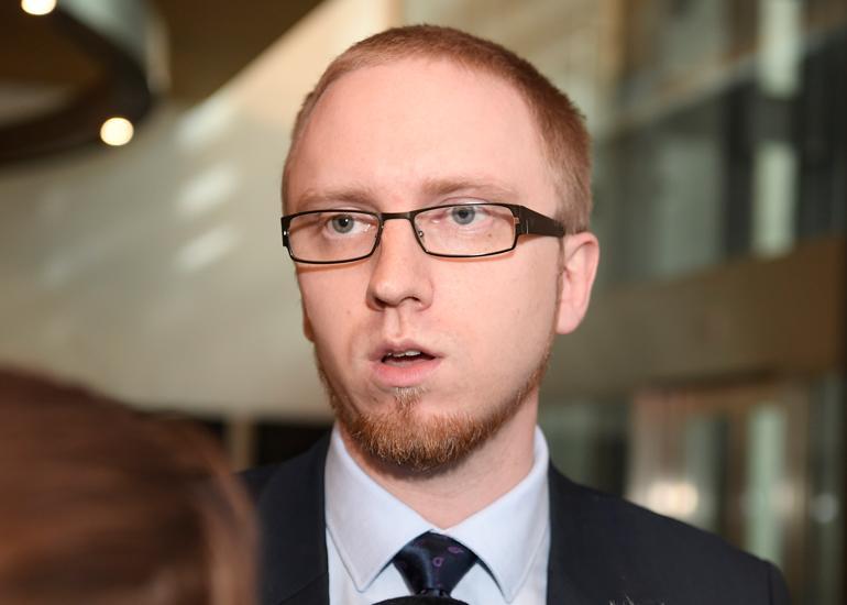 Simon Elo lehdistön haastateltavana.