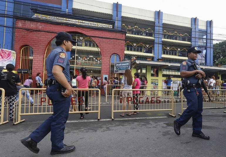 Poliisi päivystää Filippiineillä.