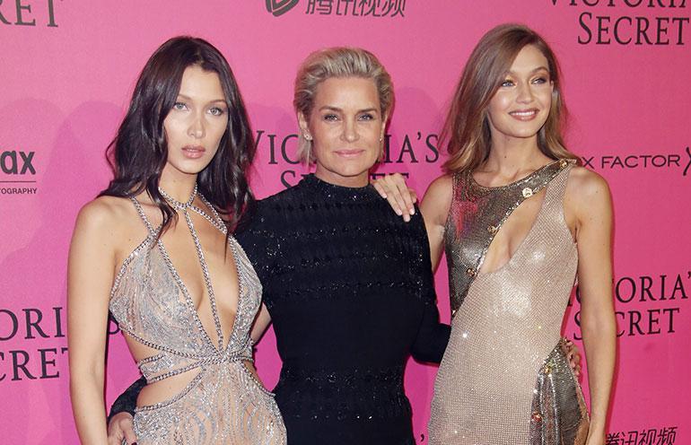 Bella, Yolanda ja Bella Hadid psoeeraavat punaisella matolla