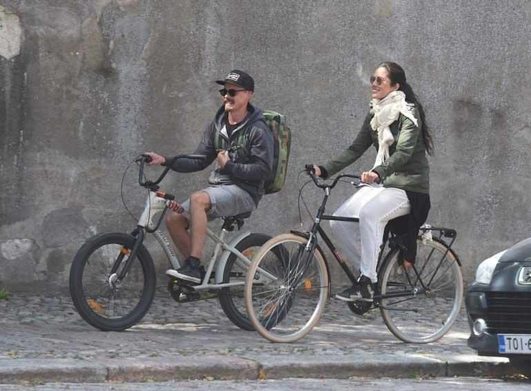 Jasper ja mallirakas pyöräilivät.