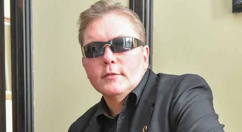 50-vuotias Vesa Keskinen saa syntymäpäivälahjaksi lasipeniksen