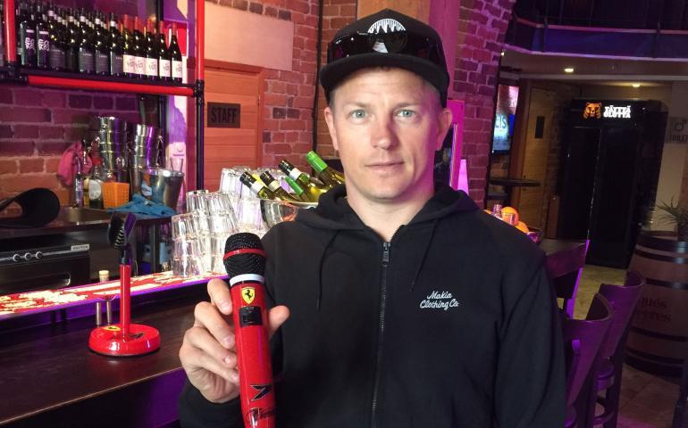 Kimi Räikkönen kävi karaokebaari Walliksessa vastaanottamassa itselleen kustomoidun mikrofonin.