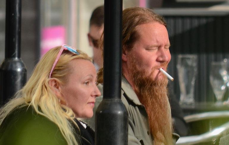 Mari ja Jouni Hynynen röyhyttelivät röökiä Helsinki-Vantaalla. Arkistokuva.