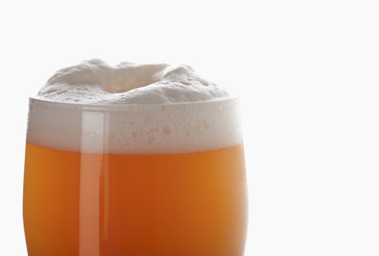 Mies joi olutta selvitäkseen autiomaassa.