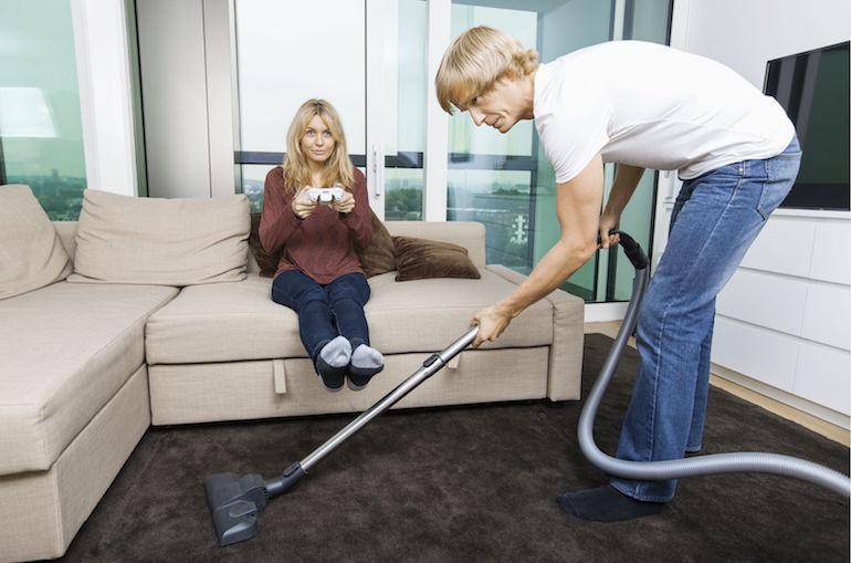 Siivoava mies kiihottaa naisia.