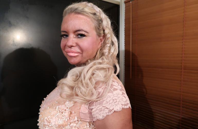 Johanna Tukiainen lauloi karaokea Turkissa.