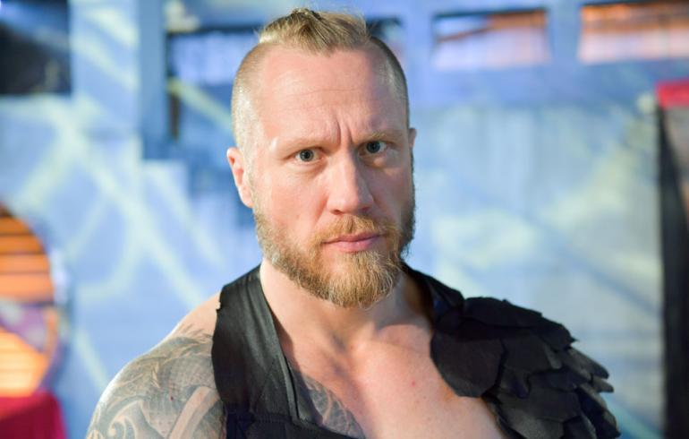 Hannes Hyvönen poseeraa Seiskalle