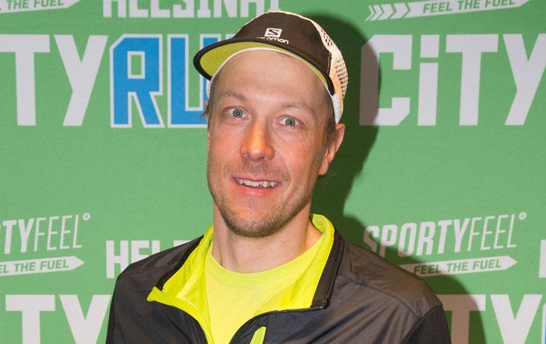Mikko Peltola rentoutui saunassa.