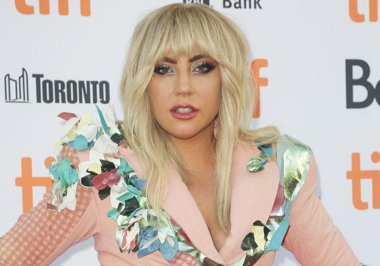 Lady Gaga poseerasi uimarannalla rohkeasti.