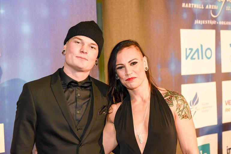 Eva Wahlström ja Niklas Räsänen pussailivat savusaunassa.