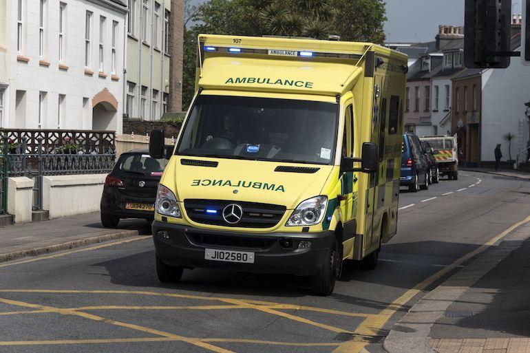 Mies tilasi ambulanssin päästäkseen maksutta sairaalaan.